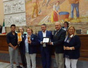 sibona-riceve-premio-design-dalle-mani-di-tre-della-giuria