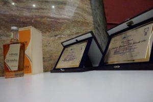 targhe-premi-speciali-e-bottiglia-premiata-per-il-vestito-della-grappa